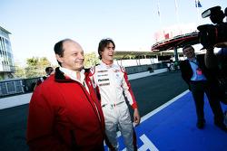 Esteban Gutiérrez celebra pole position y ganar el campeonato con Frederic Vasseur