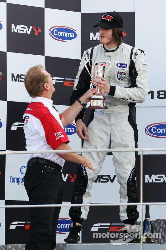 Race 1 2de Will Bratt krijgt trofee van Jonathan Palmer, CEO MotorSport Vision