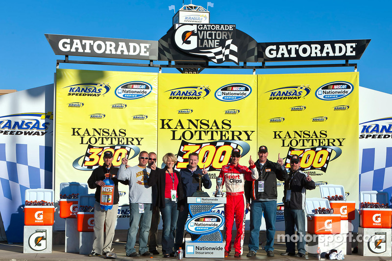 Victory lane : le vainqueur Joey Logano célèbre