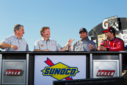 Victory lane: race winnaar Tony Stewart, Stewart-Haas Racing Chevrolet doet TV interviews
