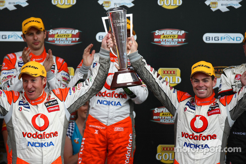 Craig Lowndes en Mark Skaife celebrate taking out the L&H 500 for TeamVodafone