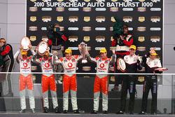 Podium: Jamie Whincup, Steve Owen, #1 TeamVodafone 2de, Craig Lowndes, Mark Skaife, #888 TeamVodafone 1ste en Garth Tander, Cameron McConville, #2 Toll Holden Racing Team 3de