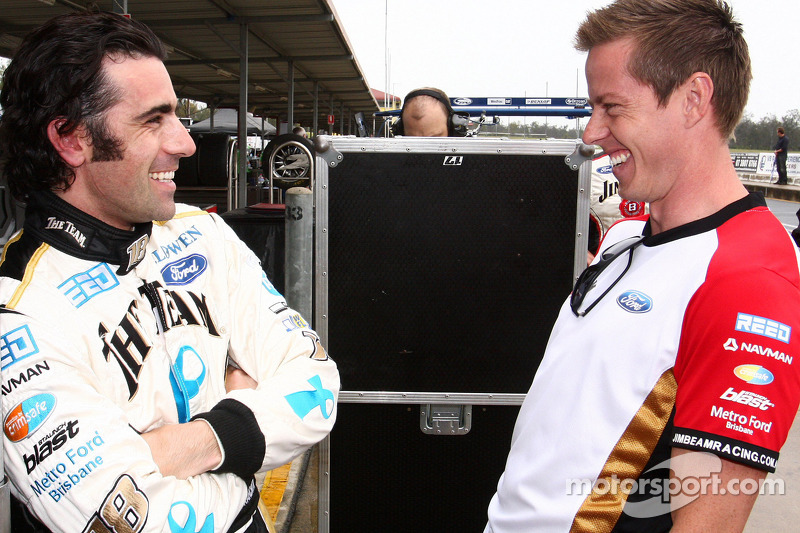 Dario Franchitti praat met James Courtney, Jim Beam Racing