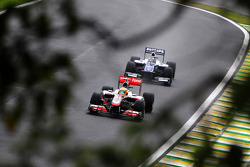Lewis Hamilton, McLaren Mercedes, leidt voor Rubens Barrichello, Williams F1 Team