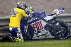 Equipo de Fiat Yamaha, Valentino Rossi, dice a 'Bye bye bebé' a su moto Yamaha
