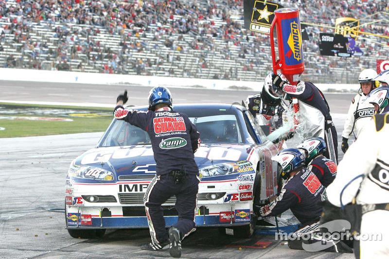 Dale Earnhardt Jr., Hendrick Motorsports Chevrolet brandstof tijdens de pitstop