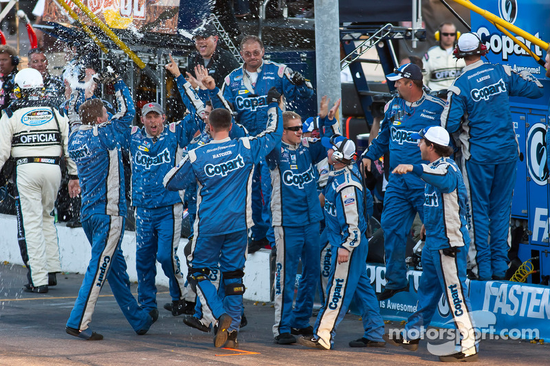 Carl Edwards' teamleden vieren de overwinning