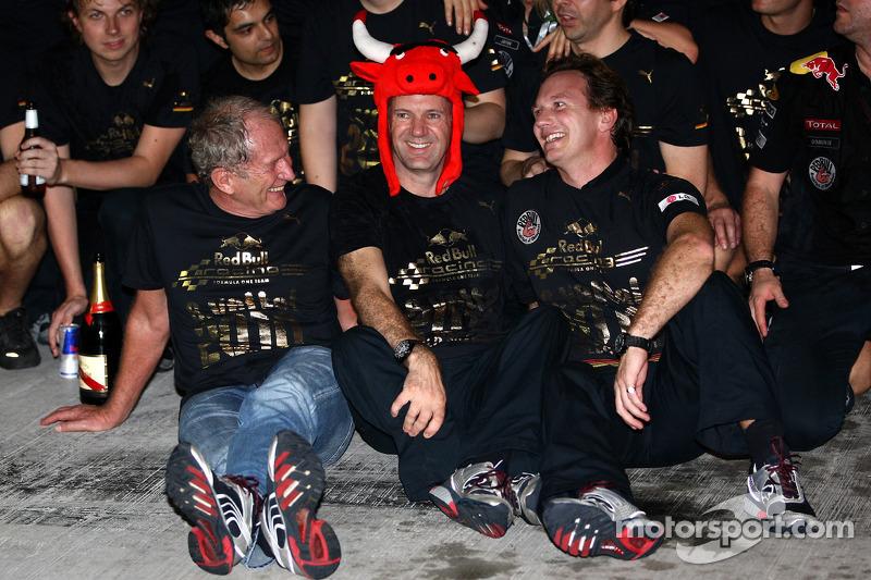Переможець гонки та чемпіон світу 2010 року Себастьян Феттель, Red Bull Racing, святкує разом з командою