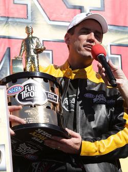 Larry Dixonr wordt geinterviewd na het winnen van zijn vijfde Top Fuel Championship