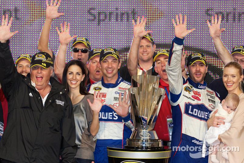 De 'victory lane': NASCAR Sprint Cup Series 2010 kampioen Jimmie Johnson, Hendrick Motorsports Chevrolet viert feest met Rick Hendrick, Chad Knaus, vrouw Chandra en dochter Genevieve Marie