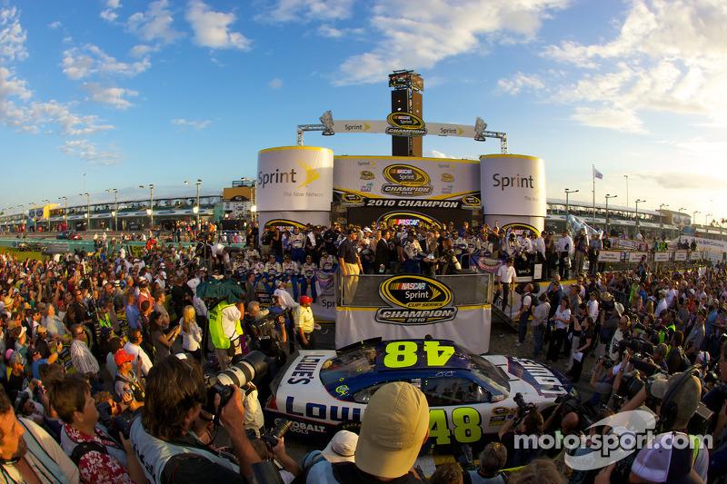 De 'victory lane': NASCAR Sprint Cup Series 2010 kampioen Jimmie Johnson, Hendrick Motorsports Chevr