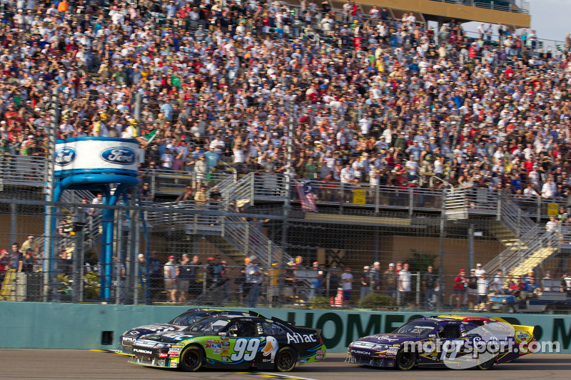 Carl Edwards, Roush Fenway Racing Ford en Jimmie Johnson, Hendrick Motorsports Chevrolet voert het veld aan bij de herstart