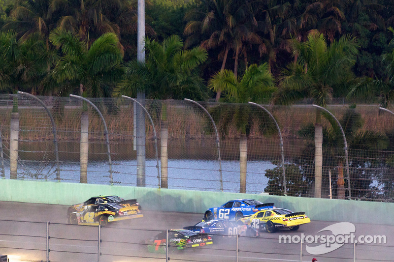 Carl Edwards spint achterop het circuit