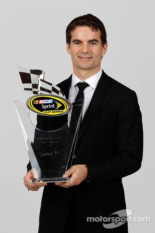NASCAR rijder Jeff Gordon met trofee 9de plaats