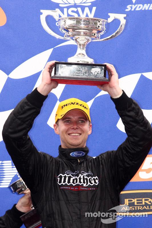 Jonathon Webb viert zijn eerste overwinning in race 25 van het V8 Supercar Championship