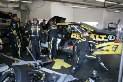 Repair on the car of Marcos Ambrose, Petty Motorsport Ford