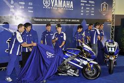 Хорхе Лоренсо и Бен Спис с мотоциклом Yamaha YZR-M1 2011 года