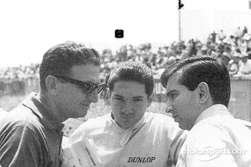 Pedro y Ricardo Rodríguez en Le Mans, hablan con Eugenio Dragoni, manager de Ferrari. Pedro ve a la cámara, Ricardo con su perfil izquierdo.
