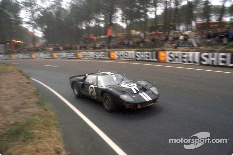 Première victoire Ford aux 24 Heures du Mans 1966 : la Ford GT-40 Mark II gagnante pilotée par Bruce McLaren et Chris Amon