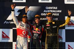 Podium: Sieger Sebastian Vettel mit Lewis Hamilton und Vitaly Petrov