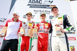 Podium: Sieger Thomas Preining, Lechner Racing; 2. Juri Vips, Prema Powerteam; 3. Kim-Luis Schramm, US Racing und Walter Lechner Jr.