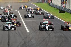 Старт: Льюис Хэмилтон, Mercedes AMG F1 W07 Hybrid, и Даниэль Риккардо, Red Bull Racing RB12