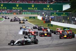 Lewis Hamilton, Mercedes AMG F1 W07 Hybrid, voert het veld aan