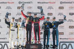Overall podium: winnaars Eric Curran, Dane Cameron, Action Express Racing, tweede Christian Fittipaldi, Joao Barbosa, Action Express Racing, derde Ricky Taylor, Jordan Taylor, Wayne Taylor Racing