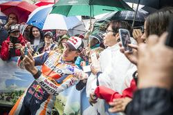 Marc Márquez, Repsol Honda posa para las selfies con sus fans durante el desfile de MotoGP