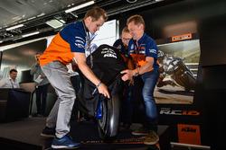 Mika Kallio, Sebastian Risse und Mike Leitner präsentieren die KTM RC16