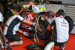 Gli ingegneri del Team LCR Honda al lavoro sulla moto di Cal Crutchlow