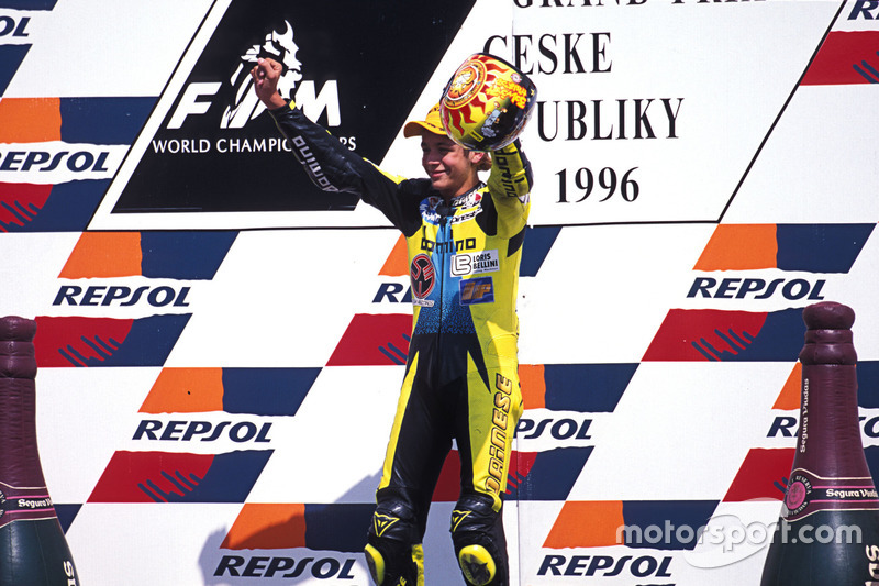 Valentino Rossi viert zijn zege op het podium