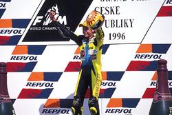 Valentino Rossi fête sa victoire sur le podium