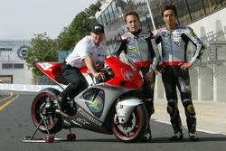 Kenny Roberts, Teambesitzer Proton Team KR; Jeremy McWilliams, Proton Team KR und Nobuatsu Aoki, Proton Team KR