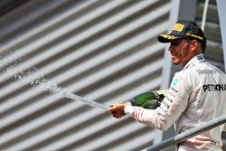 Podio: Lewis Hamilton, de Mercedes AMG F1 celebra su tercera posición con el champán