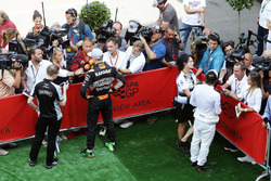 (L to R): Nico Rosberg, Mercedes AMG F1 and Fernando Alonso, McLaren with the media
