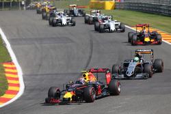 Max Verstappen, Red Bull Racing RB12 met een beschadigde voorvleugel