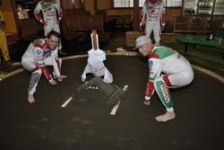 Norbert Michaels y Rob Huff practican sumo