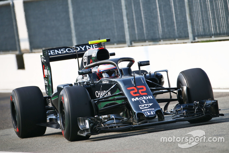 Jenson Button, McLaren MP4-31 con el Halo 2