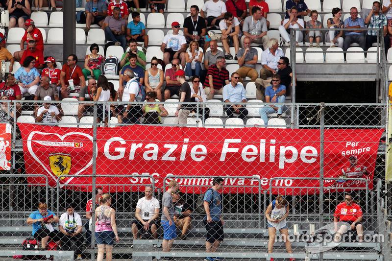 Un banner para Felipe Massa, Williams de los aficionados de Ferrari en la tribuna