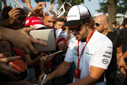 Фернандо Алонсо, McLaren раздает автографы фанатам
