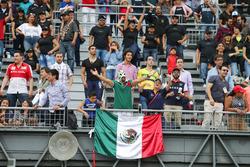 Aficionados en la tribuna