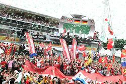 El podio: Lewis Hamilton, de Mercedes AMG F1, segundo; Nico Rosberg, Mercedes AMG F1, ganador de la carrera; Sebastian Vettel, Ferrari, tercero