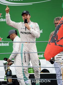 Переможеець Ніко Росберг, Mercedes AMG F1співає на подіумі