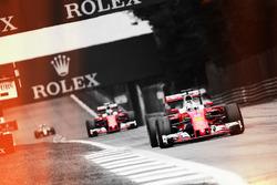Sebastian Vettel, davanti al compagno di squadra Kimi Raikkonen
