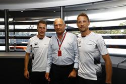 Ron Dennis, voorzitter McLaren Automotive, met Stoffel Vandoorne en Jenson Button