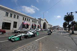 Simon Pagenaud, Team Penske Chevrolet, Will Power, Team Penske Chevrolet durante un desfile en el Embarcadero