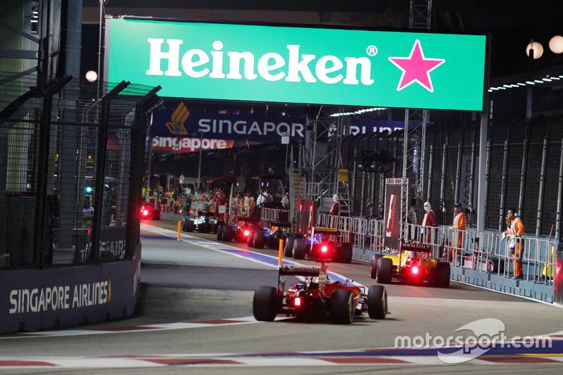 Sebastian Vettel, Ferrari SF16-H segue il gruppo attraverso la pit lane alle spalle della Safety Car FIA