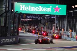 Sebastian Vettel, Ferrari SF16-H achter de safety car