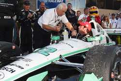 Race winner and 2016 champion Simon Pagenaud, Team Penske Chevrolet is congratulated by Roger Penske